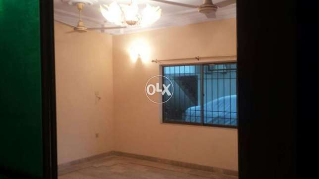 Cliffton block 5 portion for rent 3 bed with drawing near Masjid