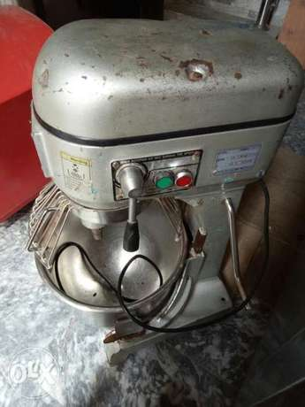 This is dough mixer machine 5kg and 20 litters/we have pizza ovens/etc