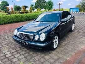 Mercedes benz E230 manual hitam 1997 kondisi original audio
