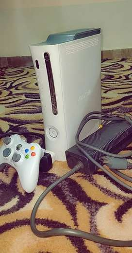 Xbox 360 in Excellent Condition 100% Okay with 1 Wireless Controller
