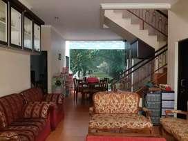 Rumah dijual rancangan arsitek terawat siap huni