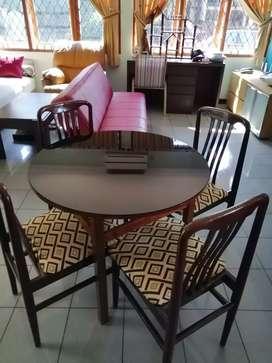 Meja makan kayu bulat + kaca + 4 kursi jati