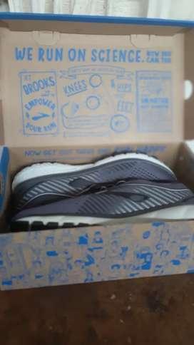Sepatu running BROOKS size 41 wide series original