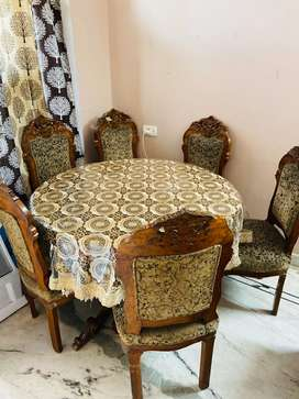 Dinning Table with 6 Chairs.