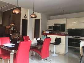 Rumah dengan swimming pool, lokasi di area strategis bintaro sektor 3