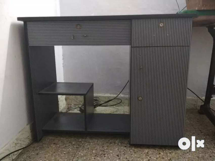 Less used Computer table for sale 0