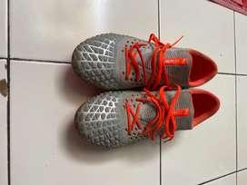Sepatu bola Puma Future 4.1 Low Grey