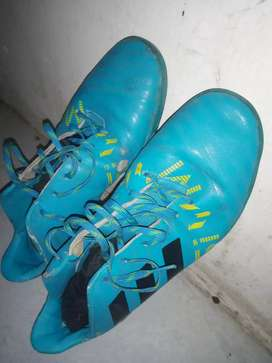 Sepatu futsal Adidas ukuran 40