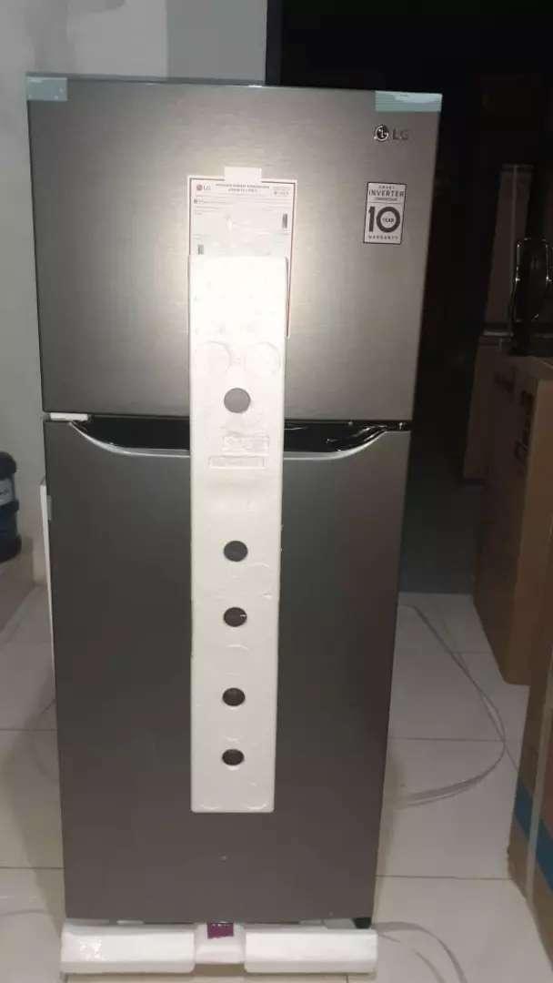 Kulkas inverter - LG 2 pintu - 195 sqmt - rak tempered (+ ice twist ) 0