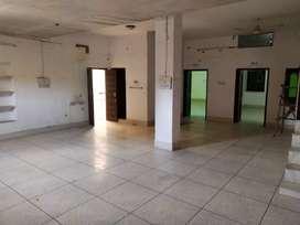 6 कमरे का बड़ा मकान किराए पर उपलब्ध है।