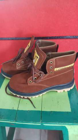 Sepatu caterpilar