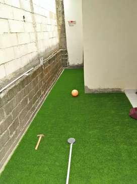 Rumput sintetis pasang di halaman rumah juga balkon pada musim panas