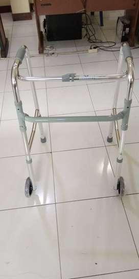 Alat bantu jalan tongkat walker roda
