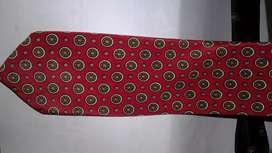 Dasi merah gambar bulatan