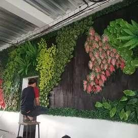 Pembuatan vertical garden sintetis daun pelastik bernuansa indah
