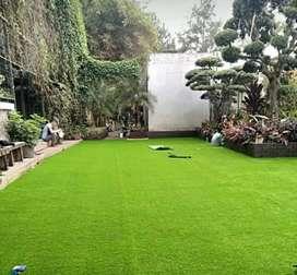 Interior Taman Pakai Rumput Sintetis Yang Menyerupai Rumput Asli