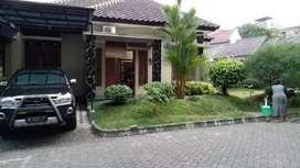 cari rumah cantik luas plus  perabot dan mobil  tengah kota  Malang