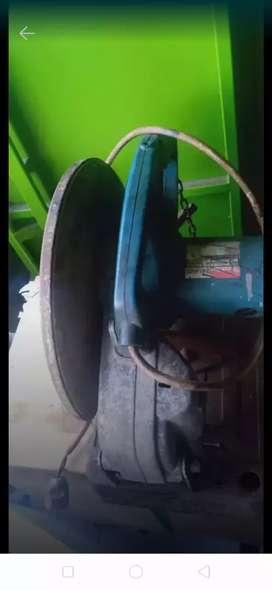 Pemotong besi makita