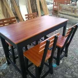 Meja dan kursi rumahakan