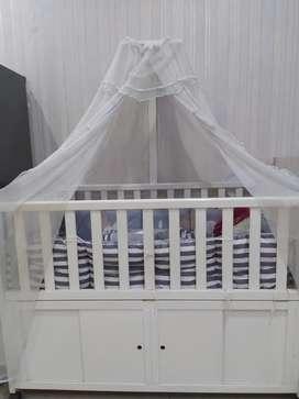 Keranjang bayi putih