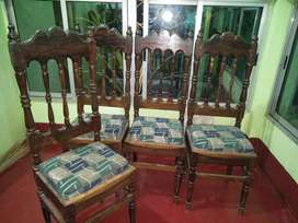 4 chairs of dinning set