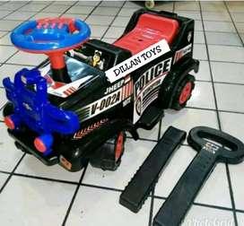 Mobil dorong jeep polisi musik