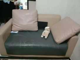 Sofa dengan 2 bantal