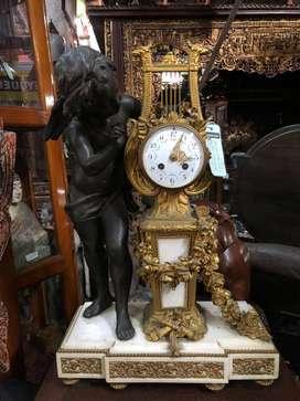 Jam Eropa dengan patung perunggu