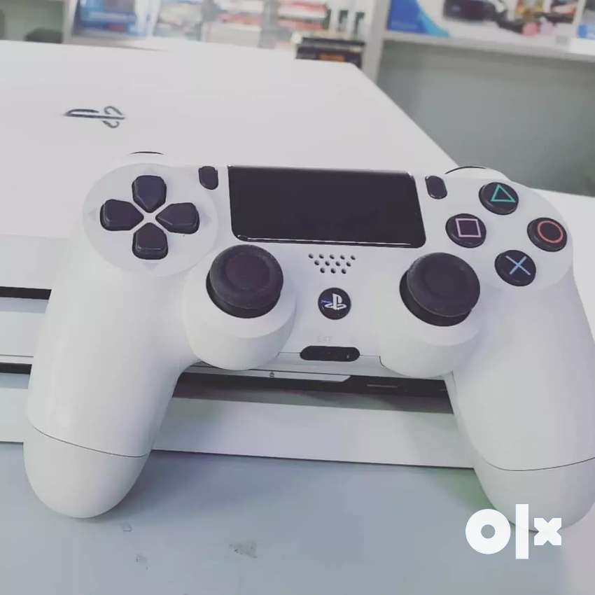 PS4 pro white edition 1 Tb with 2 controllers 0