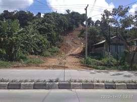 Tanah di pinggir jalan raya