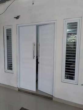 Pintu utama rumah warna putih alumunium