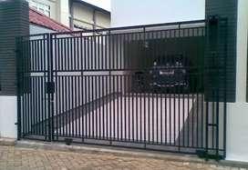 mengerjakan pembuatan pintu pagar minimalis
