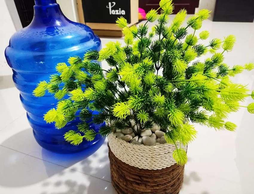 Bunga hias artificial hijau dengan pot dari eceng gondok 0