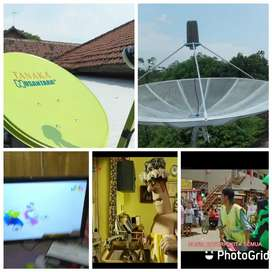 Teknisi pasang parabola CCTV servis area belat