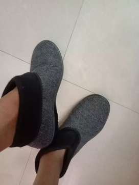 Shoes in black nad grey color warm shoes