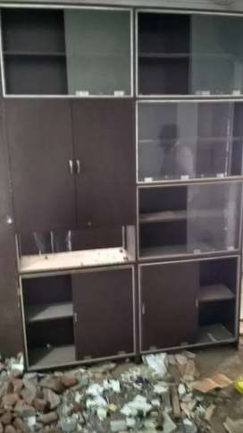 Wardrobe having mirror