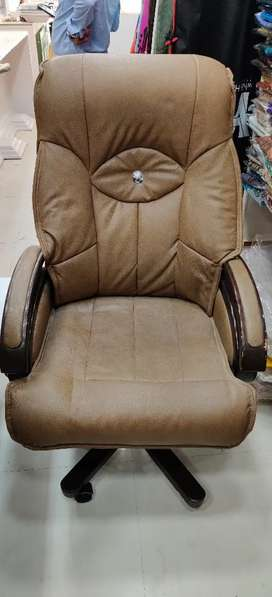 Leather Big Chair perfect for Drawing rooms, office main counter, etc