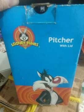 Satu Pitcher tempat air minum dengan tutup Looney Tune