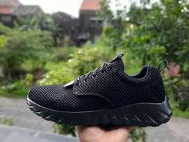 Sepatu skechers hitam polos