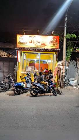 Penjaga outlet fried chicken