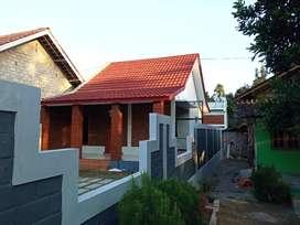 Rumah Dengan Pintu Gebyok yang Elegan dan Lampu Hias Klasik