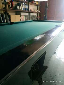 Meja billiard dan bola.