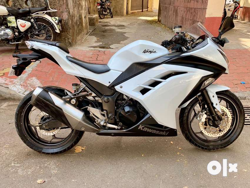 Kawasakhi ninja 300 white colour 1st owner 0