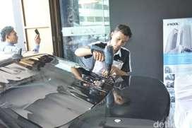 Kaca film mobil dan gedung daerah Jakarta Selatan