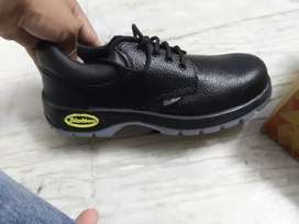 Heavy duty shoes with matal plate