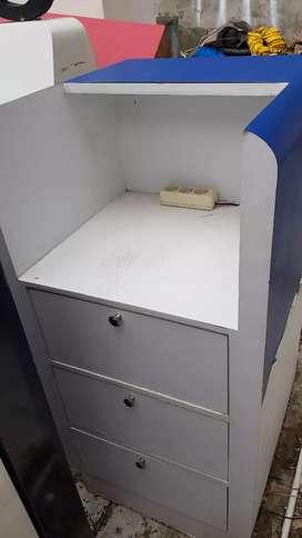 Meja laci tempat cas hp