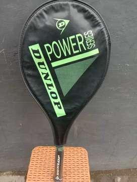 Raket tennis lapangan Dunlop..