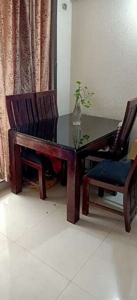 4 wodern cusion chair and glass dining table