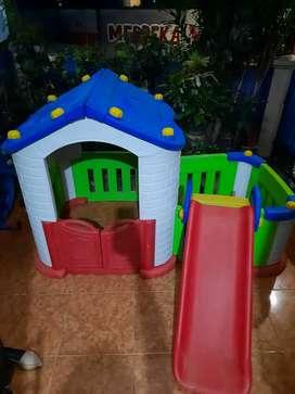 Mainan rumahan perosotan anak