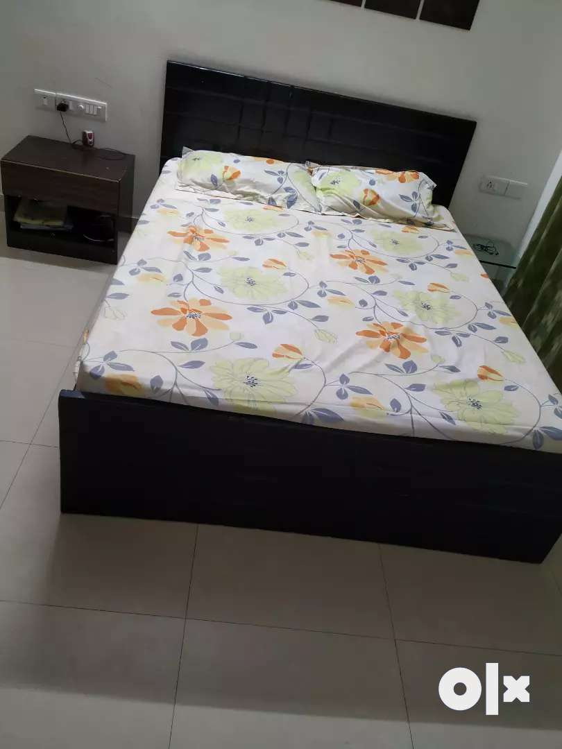 Queen size bed with mattress( sobha -retroplus,6inches)and sidetable 0